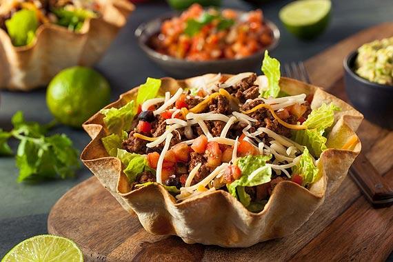 PRZEPIS TYGODNIA: Karnawałowa sałatka taco w miseczce z tortilli