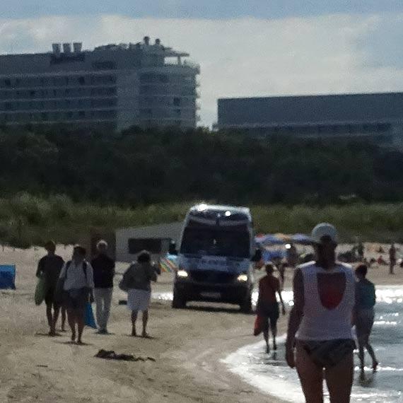 Karetka zakopała się na plaży! Wszystko przez rozstawione blisko brzegu parawany!