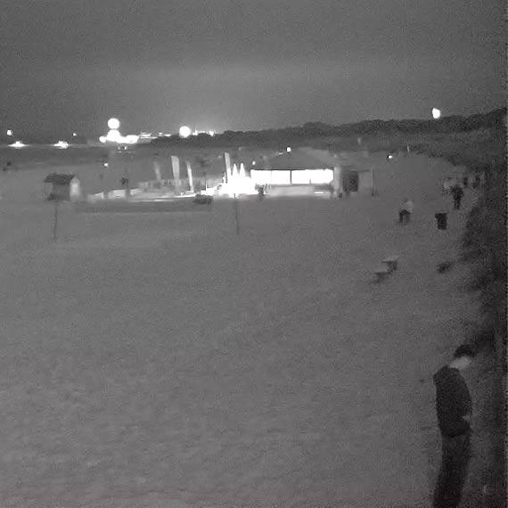 Plaża nocą - publiczna toaleta i poimprezowy śmietnik