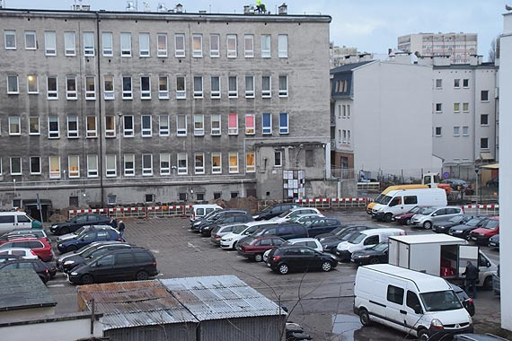 Ekipy budowlańców wjechały na plac za przychodnią. Czyżby rozpoczynała się budowa wielopoziomowego parkingu?