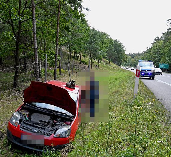 Kobieta kierująca fordem zasnęła za kierownicą