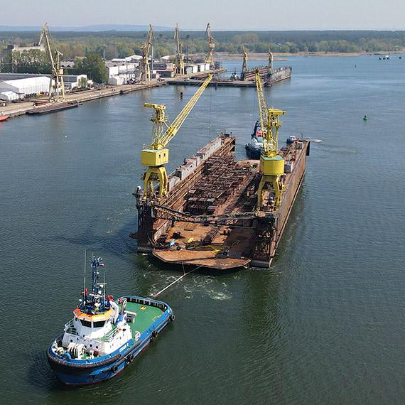Łza się  kręci w oku na ten widok! We wtorek dok świnoujskiej MSR odpłynął do Szczecina. Zobacz film!